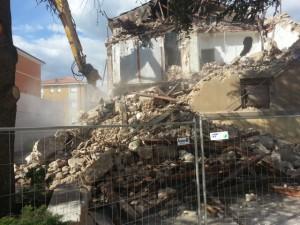 La Stanza Antisismica sulle macerie di un edificio completamente demolito in diretta sotto gli occhi di tutti durante il carsh test  dello scorso maggio all'Aquila