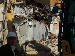 la Stanza Antisismica al crash test di L'Aquila: palazzo polverizzato e il cuore d'acciaio indenne sulle macerie