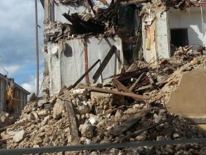 La Stanza Antisismica dopo un sisma di potenza massima capeggia indenne sulle macerie