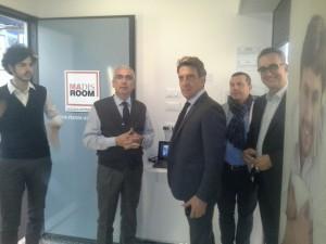 Antonio D'Intino assieme a un gruppo di persone in vista al prototipo di Stanza Antisismica, il primo realizzato dalla Madis