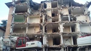 Uno degli edifici di L'Aquila in corso di demolizione nel gennaio 2017