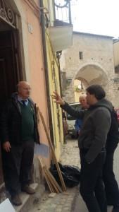 L'Arch. Stefano Cipriani mentre parla con l'Ing. Ciammitti all'ingresso dello Studio su via Fortebraccio