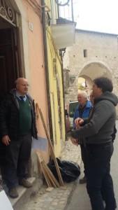Stefano Cipriani davanti allo Studio Stanza antisismica durante i lavori
