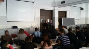 Nella foto sopra e in alto, gli alunni durante la lezione e durante la proiezione del video crash test