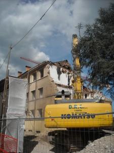 L'inizio della demolizione di un edificio nel quale è stata collocata la cellula antisismica: crash test di L'Aquila del 6 maggio 2014