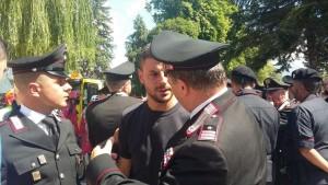 L'abbraccio di un carabiniere a uomo che ha perso la famiglia nel sisma