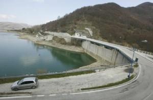 La diga Rio Fucino sul lago artificiale di Campotosto (L'Aquila). ANSA/ PERI PERCOSSI