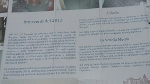 Il cartello di ristrutturazione della scuola di Amatrice, crollata a seguito della scossa del 23 agosto