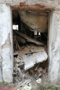 Una casa qualunque di L'Aquila:  il solaio è crollato insieme a tutto il piano superiore. Per una Stanza Antisismica si sarebbe trattato di reggere una piuma: nessuno avrebbe avuto neanche un graffio. Nessuno avrebbe perso la vita.