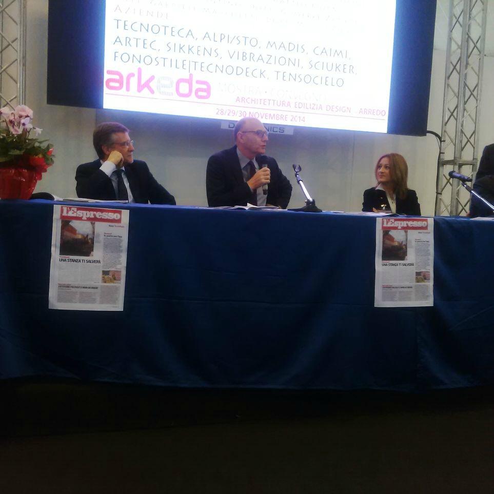 a sinistra l'arch. Roberto Cappelli moderatore della conferenza stampa e di tutti i convegni tecnici in programma nella tre giorni Arkeda