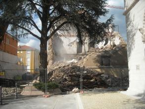 Un momento della distruzione totale dell'edificio destinato a demolizione dopo il sisma del 6 aprile di L'Aquila: all'interno è stata posizionata la Stanza Antisismica che a fine crash test era indenne sopra alle macerie
