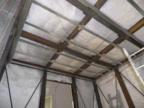 La gabbia metallica è rivestita completamente da un tessuto costituito da fibre sintetiche ad alta tenacità rinforzate da fili in acciaio inox