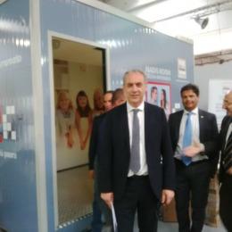 L'Aquila, Giovanni Legnini esce dalla Madis Room: dietro di lui il prototipo esposto al Salone della Ricostruzione
