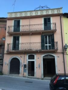 Il palazzo su piazzetta Porta Bazzano nel quale l'Ing. Ciammitti ha fatto installare la Stanza Antisismica