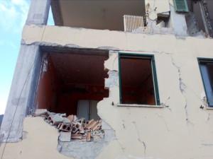 http://www.stanza-antisismica.it/wp-content/uploads/palazzo-crollato-terremoto-2009.jpg