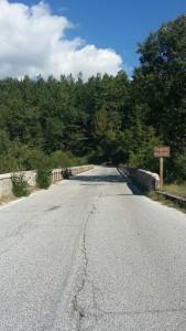 Il ponte di ingresso di Amatrice successivamente crollato a causa delle scosse
