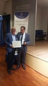 Antonio D'Intino ritira la targa dalle mani del Presidente Gennaro Zecca