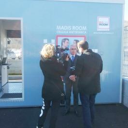 Antonio D'Intino davanti al prototipo della madis Room durante l'intervista televisiva a fine lezione