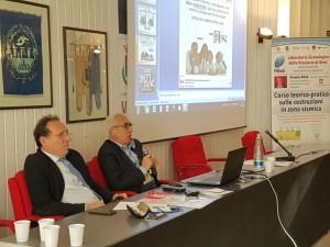 Un momento della lezione del 15 dicembre mentre Antonio D'Intino parla affiancato dall'ing. Sergio Quattrini, Vicepresidente Rilab (Laboratorio Sismologico di Rieti) e componente Commissione Urbanistica di Rieti
