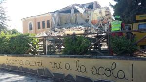 Un'immagine della scuola ristrutturata che non ha retto alla furia del sisma