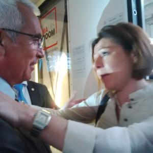Il Sottosegretario paola de Micheli abbraccia Antonio d'Intino all'interno della Stanza Antisismica