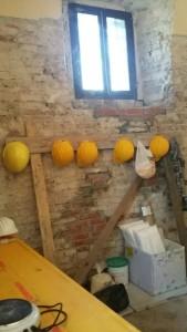 La stanza dei lavori dove sono depositati i materiali di restauro